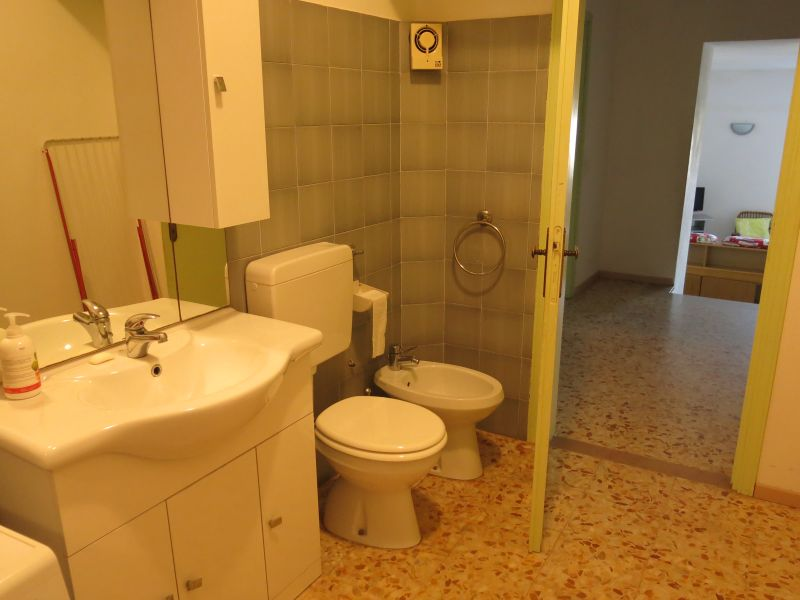 bathroom 2 Location Apartment 14820 Florence