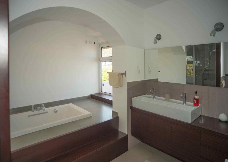 bathroom 1 Location Villa 95047 Barcelona