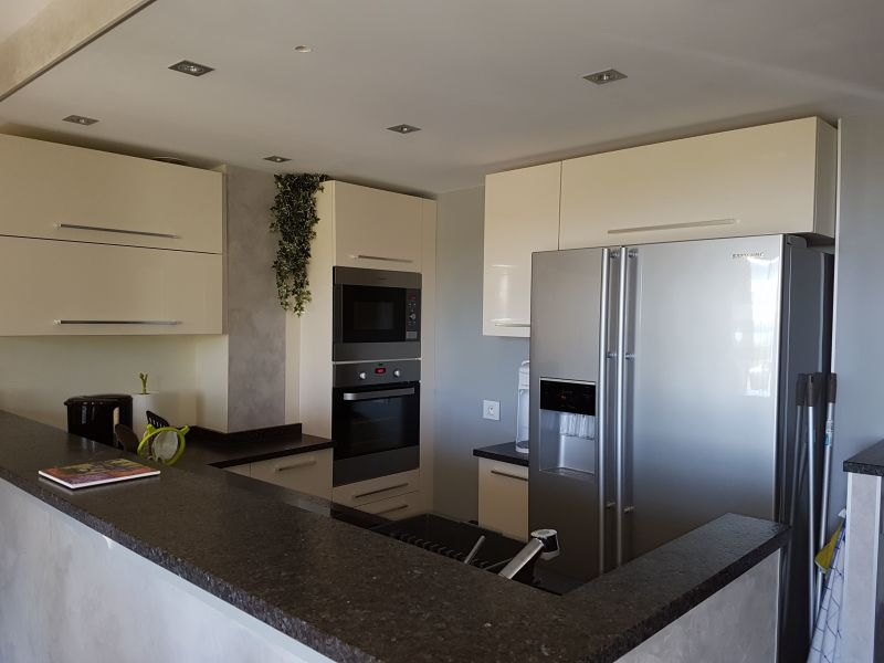 Open-plan kitchen Location Apartment 114260 Saint Raphael
