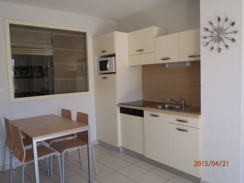 Open-plan kitchen Location Apartment 118373 Azille